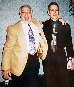 """Antonio """"sai"""" Ciutti, a sinistra, posa per una foto con suo figlio, Tony Ciutti, al Reflections Bistro nel centro di Erie alla fine degli anni '90.  Cy Ciotti è morto il 2 luglio all'età di 92 anni."""