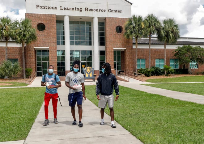 Warner student athletes walk between classes in September. The university was recently taken off of probation by an accrediting organization.