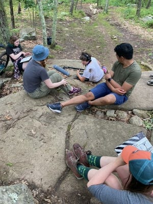 Sinh viên Đại học Bang Fitchburg quay phim tại hệ thống đường mòn đạp xe leo núi Việt Nam ở Milford.