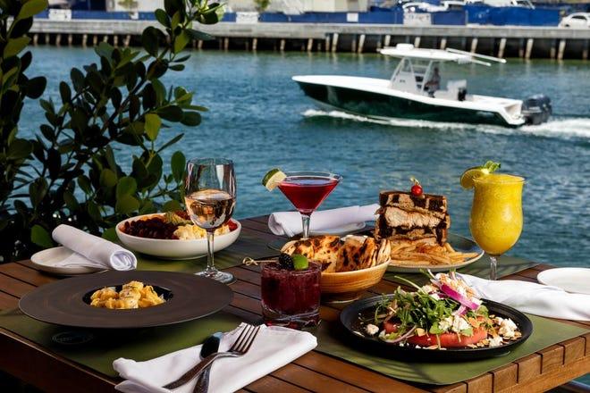 Un pasto con vista sul SeaSpray Inlet Grill al Waterstone Resort & Marina di Boca Raton.