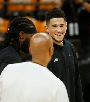 Ngày 16 tháng 7 năm 2021;  Phoenix, Arizona, Hoa Kỳ;  Suns 'Devin Booker trò chuyện với huấn luyện viên trưởng Monty Williams và Jay Crowder (trái) trong quá trình đào tạo tại Trung tâm Dấu chân ở Phoenix.  nước cộng hòa nước muối Patrick