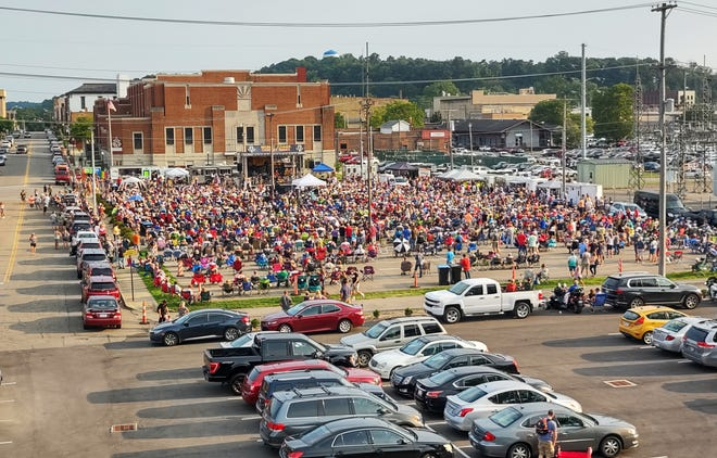 City officials estimate more than 3,000 people turned out to watch Hotel California play in front of Secrest Auditorium in Zanesville on Thursday.