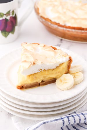 If you love Banana Pudding as we do, you will be over the moon with this Banana Pudding Pie.