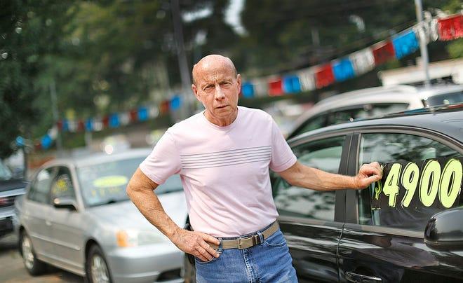 تاجر السيارات المستعملة كيفن كلارك ، صاحب Clark Auto Sales في شارع ووتر ستريت في شرق ويموث.