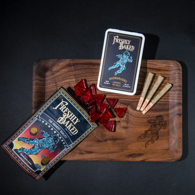 Freshly Baked Company produit plusieurs saveurs de bonbons gélifiés au cannabis, et vend et livre d'autres produits tels que des joints pré-roulés et un plateau roulant.