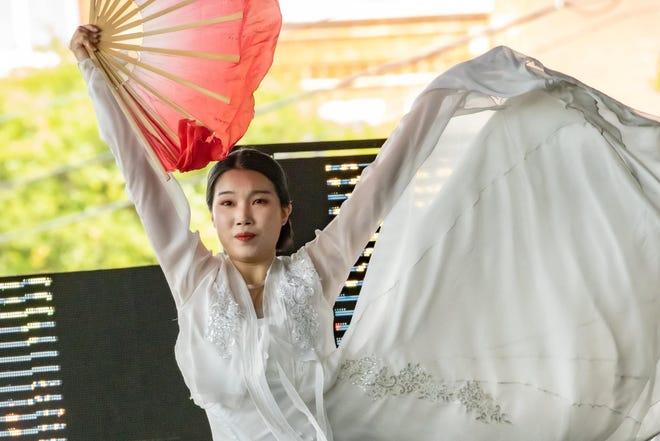 """한국의 댄서, 정 · 김이 금요일 작품을 안무했습니다 """"심즈의 사랑하는 딸."""""""