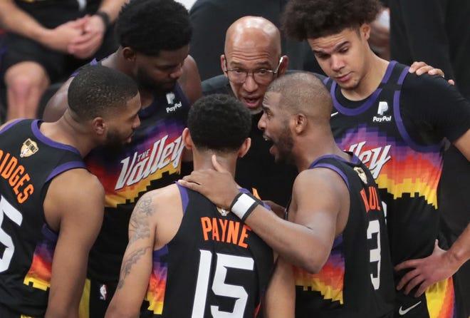 Los jugadores de los Suns se reúnen durante un descanso el sábado durante el quinto juego de las finales de la NBA en el Footprint Center.