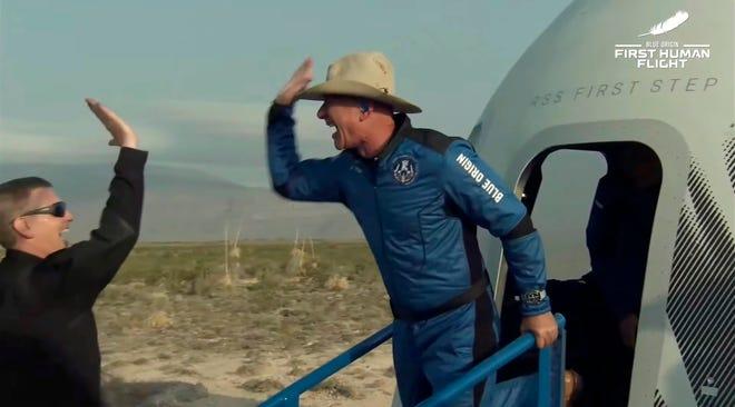 Fotografía facilitada por Blue Origin que muestra a Jeff Bezos (d) reaccionando cuando abandona la cápsula después de Blue Origin New Shepard con Jeff Bezos, Mark Bezos, Wally Funk y Oliver Daemen regresó a la tierra luego de un viaje al espacio después de despegar desde el sitio de lanzamiento uno, Texas, EE. UU., 20 de julio de 2021.