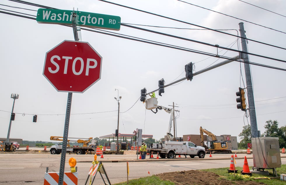 Workers erect a new set of stoplights at the intersection of Washington Road and Eagle Avenue at the entrance/exit of the new Beck's Convenience Store in Washington.