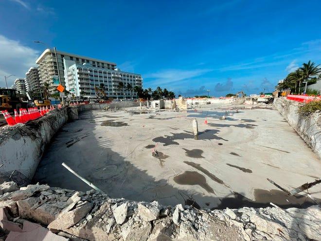 Fotografía divulgada hoy miércoles por el senador Jason Pizzo en sus redes donde se muestra el solar donde hasta hace poco había una montaña de escombros de un edificio residencial cuya mitad colapsó y la otra fue derrumbada en la ciudad de Surfside, Florida.