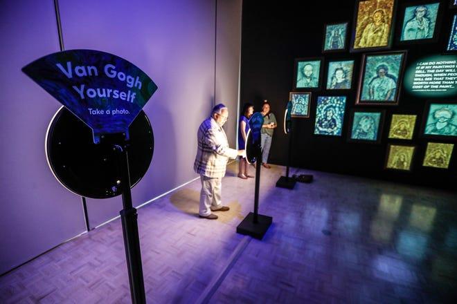 """Membres de la tournée de presse """"Le métier à tisser Indianapolis,"""" La galerie immersive de Vincent Van Gogh présentant près de 30 000 pieds carrés d'expositions immersives et une nouvelle expérience multisensorielle, le jeudi 22 juillet 2021, à Newfields.  L'exposition ouvre le 27 juillet 2021."""