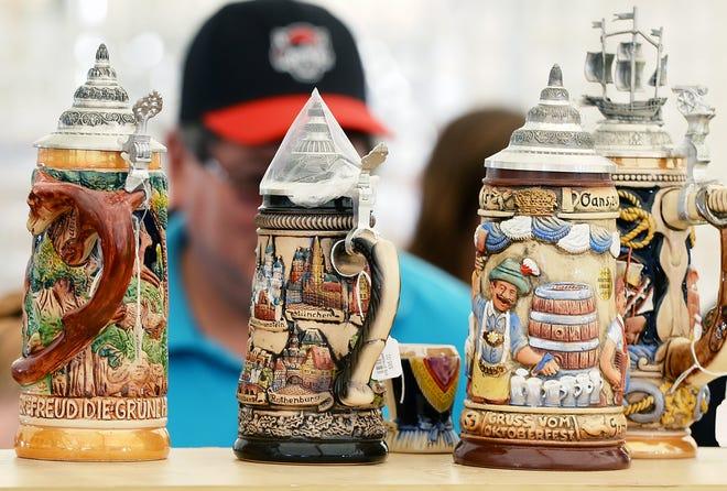 Decorate i vassoi di birra in vendita durante il German Heritage Festival a St. Nick Grove, 5131 Old French Road in Millcreek Town, 3 settembre 2016. Quest'anno il German Heritage Festival è previsto per il 4-5 settembre a St. Nick's.  Nick Grove.