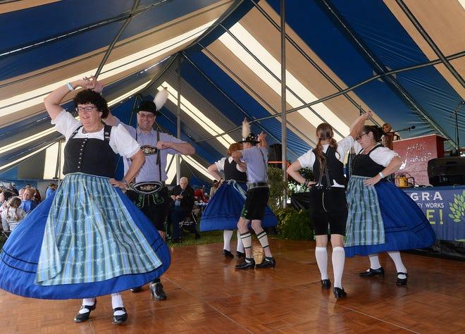 I membri dei ballerini Alpen Schuhblatter e Trachtenferen, di Pittsburgh, si esibiscono il 2 settembre 2017, durante il German Heritage Festival a St Nick's Grove nella città di Millcreek.