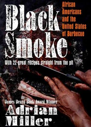 """Le livre 2021 d'Adrian Miller """"Fumée noire"""" documente l'histoire des Afro-Américains dans Barbecue"""