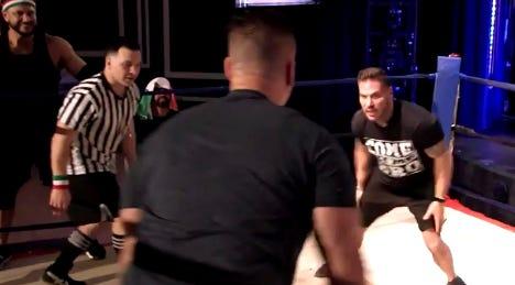 """Mike """"modalità"""" Sorrentino lotta con Ronnie Ortiz-Magro con Chris Buckner nella puntata del 22 luglio 201 di """"Vacanza in famiglia sulla Jersey Shore."""""""