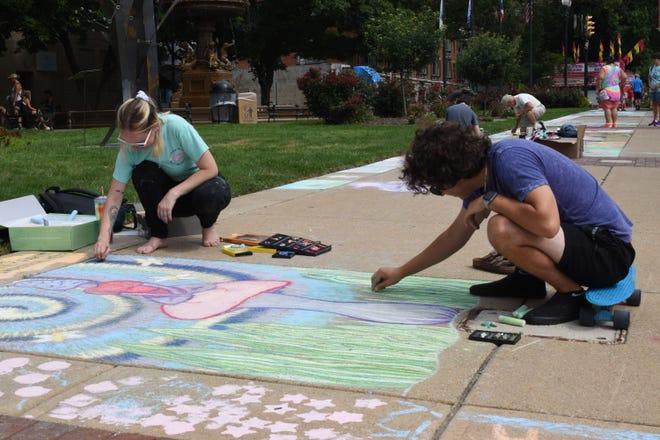 Kendall Allen e Drew Jones, entrambi di Lancaster, lavorano alla loro opera d'arte di strada prima di ArtWalk venerdì 23 luglio 2021.