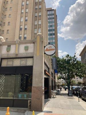 Cheezus abrió en abril en 210 N. Stanton St.  En el centro de la ciudad.  El restaurante tiene un menú con queso.