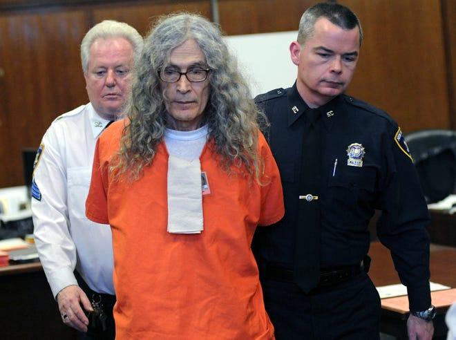 Dans cette photo d'archive du 7 janvier 2013, le tueur en série condamné Rodney James Alcala comparaît devant le tribunal de New York.  Alcala, un tueur de torture en série prolifique surnommé