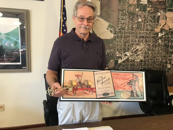 In the absence of Gary and Shearon Armel of Galva,  City Administrator David Dyer accepted the key to the City of Galva and the plaque with the mural pictured on it, at Monday nights city council meting.   Dyer will take the key and plaque to them at their Galva home. The Armel's paid for the Hayes Pump and Planter  Co. mural on the wall of the Former Best building next to the An Amazing Harvest mural. The city  also thanked Gary for his years he served on the Galva council and for mowing the old Best building lot many times.