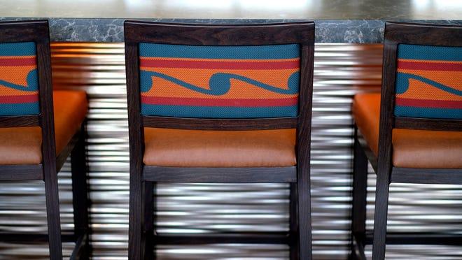 Yerli Amerikalılar için tasarlanan sandalyeler, 27 Temmuz 2021 Salı günü İlk Amerikalılar Müzesi içindeki restoranda kuruldu.