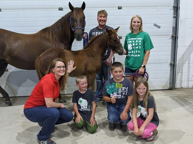 Jax Zajec (kneeling and holding Chris Clover, the 4-H mascot) and his siblings meet Casie Bass, Evan Henthorne, and Katie Stenroos along with Klover and Kitty.