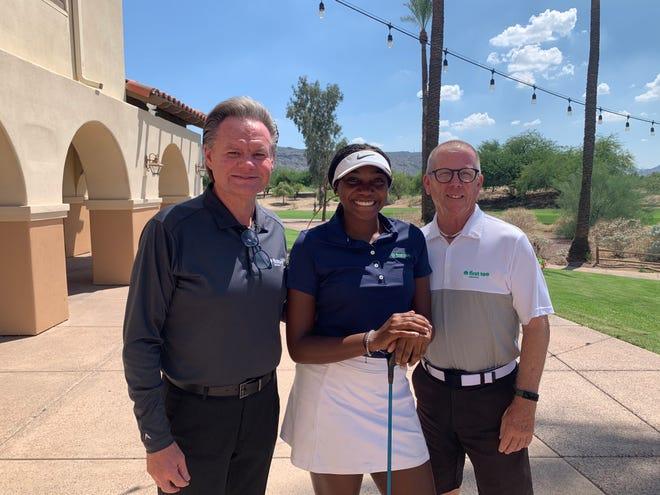 Kevin Terry, directeur exécutif de The First Tee of Phoenix avec Abigale Morris et son entraîneur Greg Hall au Legacy Golf Course.