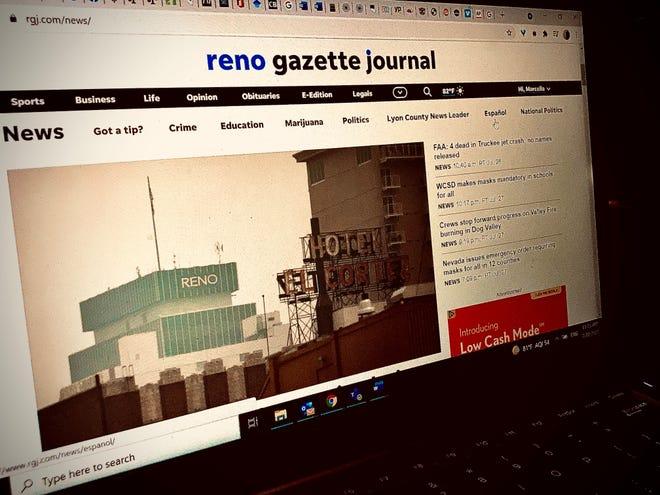Una foto de la pantalla de una computadora portátil que muestra el sitio web de Reno Gazette Journal con el ratón deslizándose por la sección de RGJ en Español.