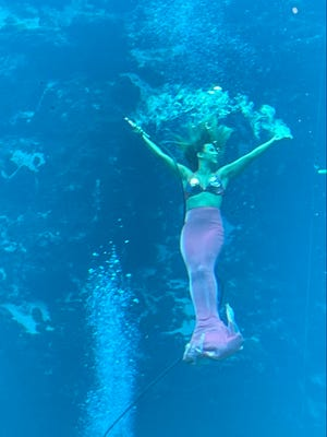 The line was long to get in to see the mermaids at Weeki Wachee Springs State Park.