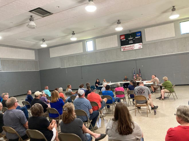 Roseville Village Council met in a special meeting Friday evening to discuss resignations and replacements of several village positions. Six village employees resigned, including the mayor and a councilman.