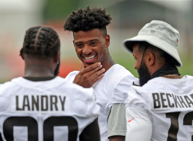 Cleveland Browns wide receiver Rashard Higgins, facing, chats with teammates Jarvis Landry, left, and Odell Beckham Jr. during NFL football training camp, Thursday, July 29, 2021, in Berea, Ohio. [Jeff Lange/Akron Beacon Journal]