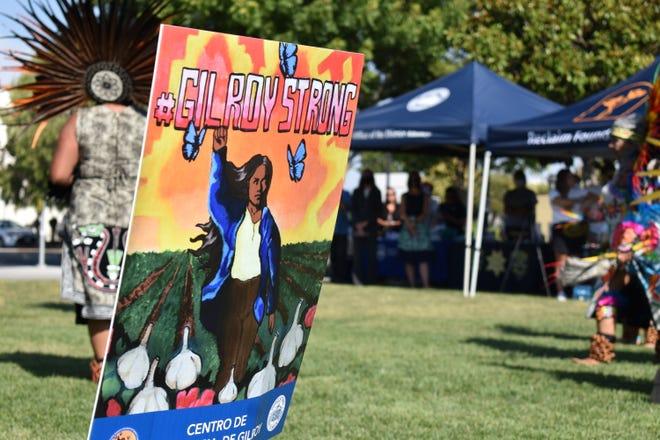 El letrero Gilroy Strong es uno de los muchos colocados alrededor de Gilroy, California, en honor a las víctimas del tiroteo en el Festival del Ajo de 2019, el miércoles 28 de julio de 2021.