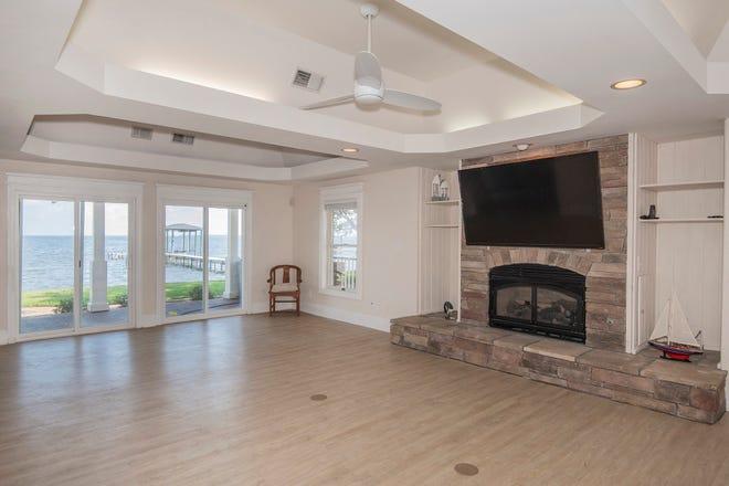 Un foyer et une vue sur l'eau sont excellents pour la détente dans la salle familiale.