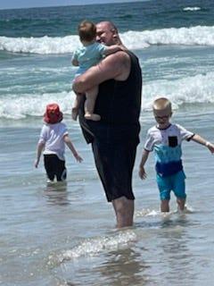 Freedy và ba trong số năm đứa con của mình dành thời gian ở bãi biển trong chuyến đi đến San Diego, California.
