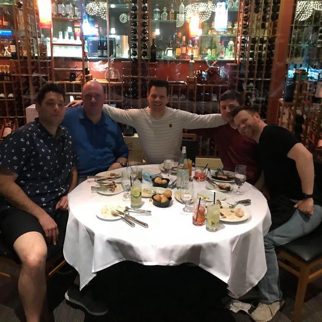 Graves et Freedy dînent dans un restaurant avec des amis.