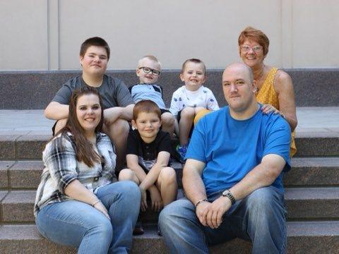 Freedy et DuPreez posent pour une photo de famille avec la mère de Freedy, Linda, et quatre de leurs enfants : Brayden, Spencer, Korbin et Tucker.
