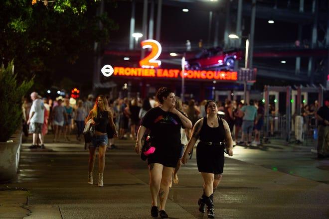 I fan lasciano lo stadio dopo aver appreso che il concerto di Garth Brooks è stato rinviato a causa delle condizioni meteorologiche al Nissan Stadium di Nashville, nel Tennessee, sabato 31 luglio 2021.