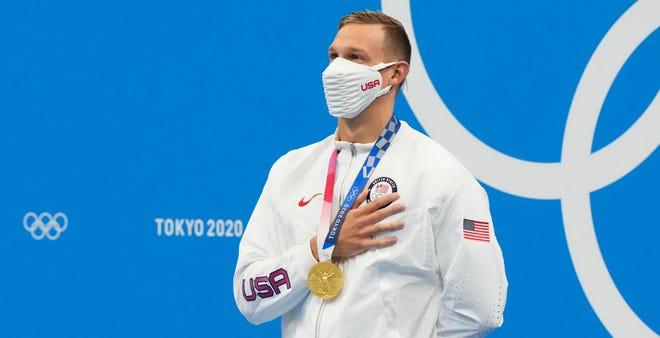 Caeleb Dressel avec sa médaille d'or après avoir remporté le 50 mètres nage libre hommes.