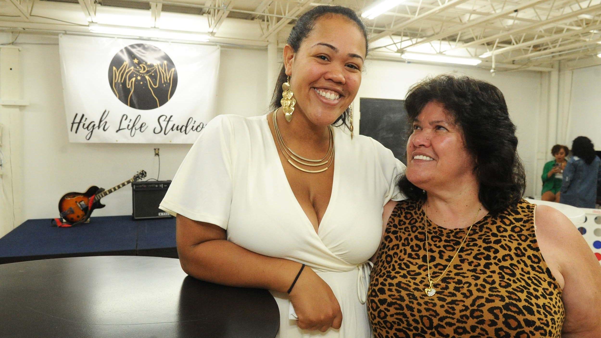 Sheryl O'Neill, a destra, e sua figlia Angela O'Neill, co-proprietaria degli High Life Studios di Rockland, posano per una foto durante l'inaugurazione della lussuosa sala eventi sabato 31 luglio 2021.