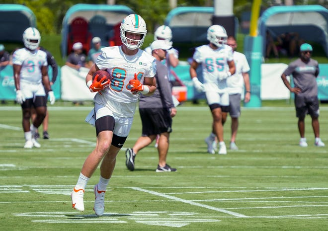 Tight end Hunter Long (84) rushes after a reception at Miami Dolphins training camp, July 31, 2021.