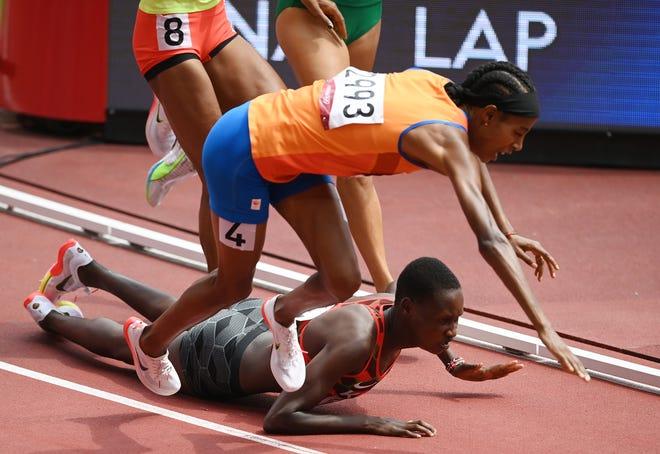 Холандецът Сиван Хасан (4) и Кения Едина Джепеток пътуват и падат по време на жегата на 1500 м на Олимпиадата в Токио.