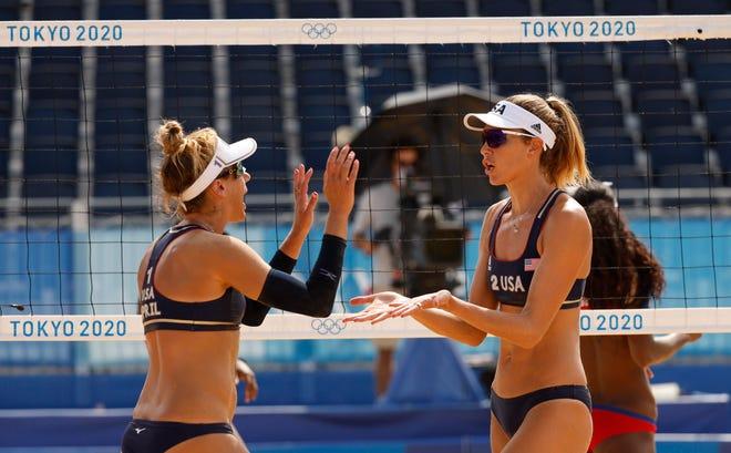 Американският отбор по плажен волейбол победи Ейприл Рос вляво и Алекс Клайнман от Куба в понеделник в първия си мач от нокаут.
