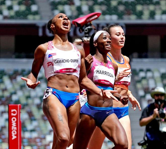 Jasmine Camacho-Quinn, à gauche, célèbre sa médaille d'or alors que l'Américain Keni Harrison célèbre sa médaille d'argent au 100 mètres haies.
