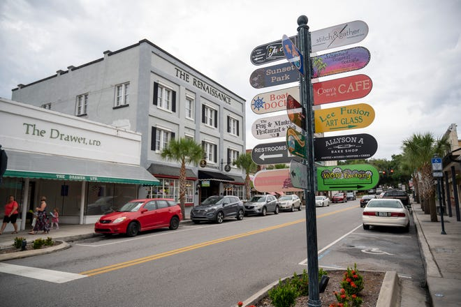 Cars park alongside the downtown businesses in Mount Dora. [Cindy Peterson/Correspondent]