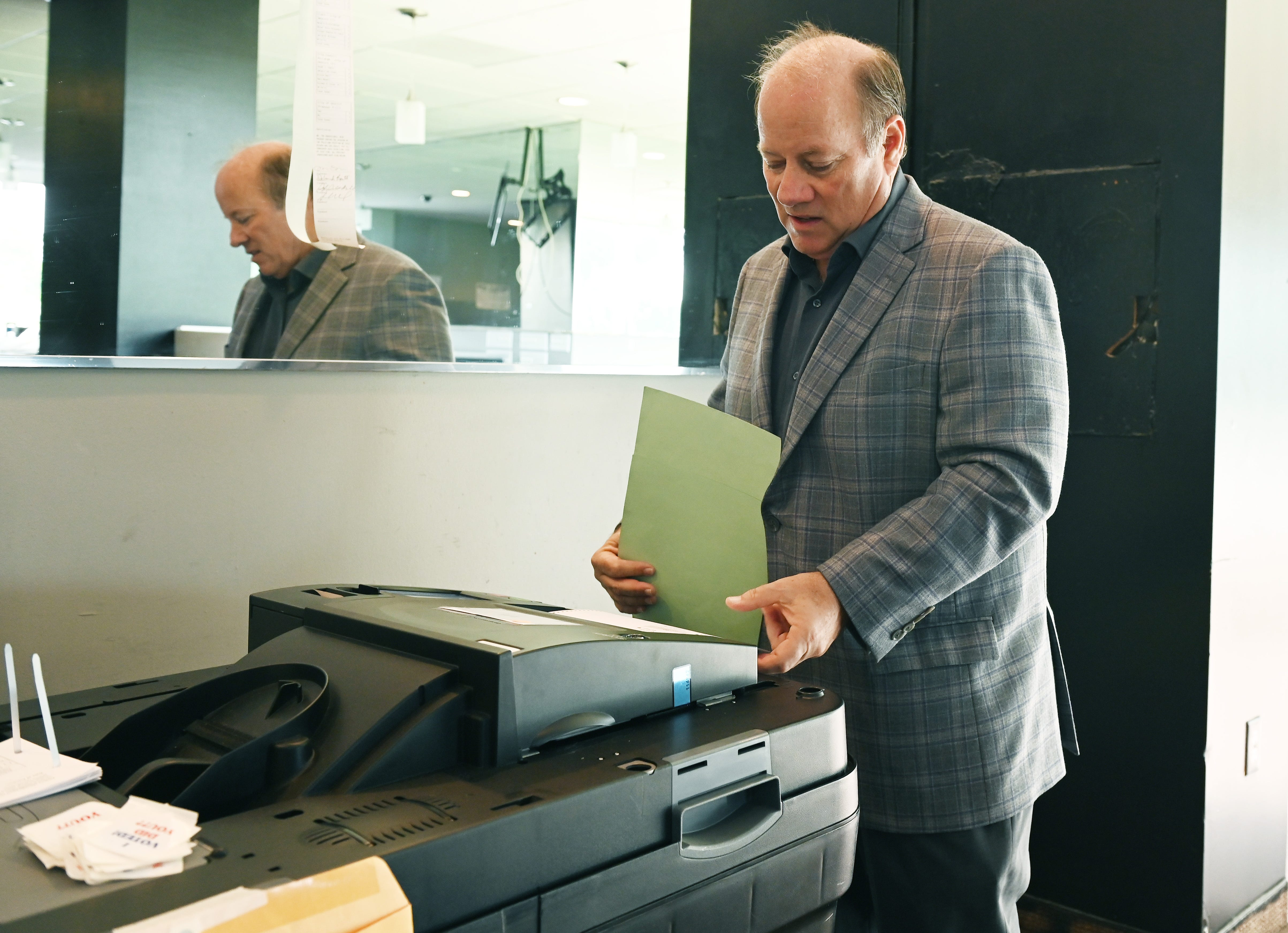 Duggan leads Detroit mayoral primary, fight on for second