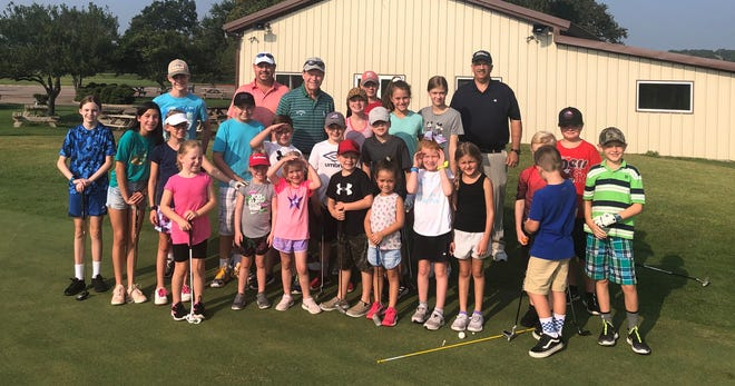 PGA Tour pro Tom Watson (back), winner of eight PGA Tour majors and six Senior Tour majors, poses for a photo with a group of young golfers at Squaw Valley Golf Course in Glen Rose earlier this week. Watson, who frequents SVGC quite regularly, also briefly spoke with the youngsters before taking the photo.