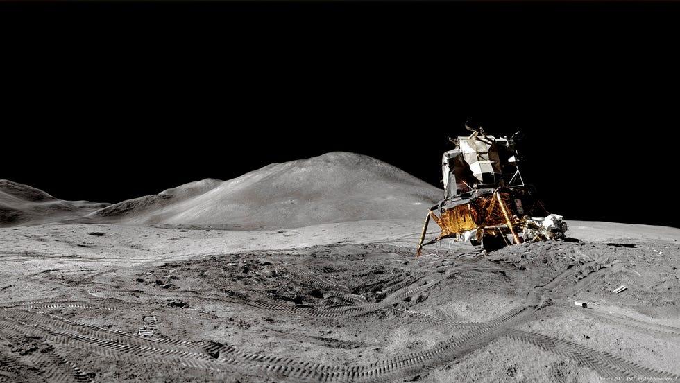 Panorama del modulo lunare durante la missione Apollo 15, dove gli astronauti hanno vissuto per diversi giorni.  I panorami sono stati creati unendo insieme le foto della spedizione.
