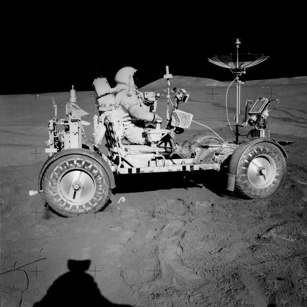 Scott sulla LRV, che è stata la prima macchina sulla luna.