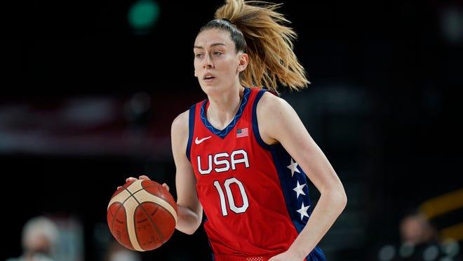 Brenna Stewart fra USA (10) under kvartfinalen for kvinner i basketball mot Australia ved sommer -OL 2020.