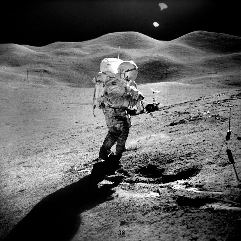 Un gruppo scientifico sulla luna durante la missione Apollo 15.