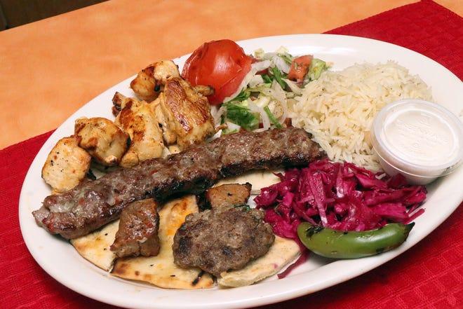 Kuzu, dana eti, tavuk, adana ve köfte ile karışık ızgara tabağı, 4 Ağustos 2021 Çarşamba Ormond Beach'teki İstanbul Türk Akdeniz Mutfağı'nda.